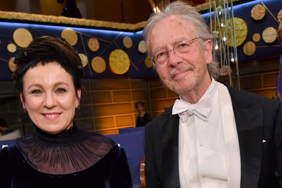 Zwei Ausgezeichnete, zwei Welten: Die polnische Schriftstellerin Olga Tokarczuk und der Österreicher Peter Handke nahmen den Nobelpreis für Literatur entgegen.