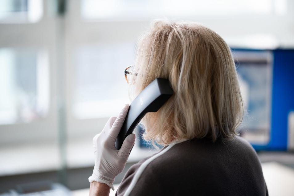 Per Telefon beraten die Mitarbeiter des Gesundheitsamtes Corona-Patienten und die Personen, mit denen die Covid-19-Infizierten Kontakt hatten.
