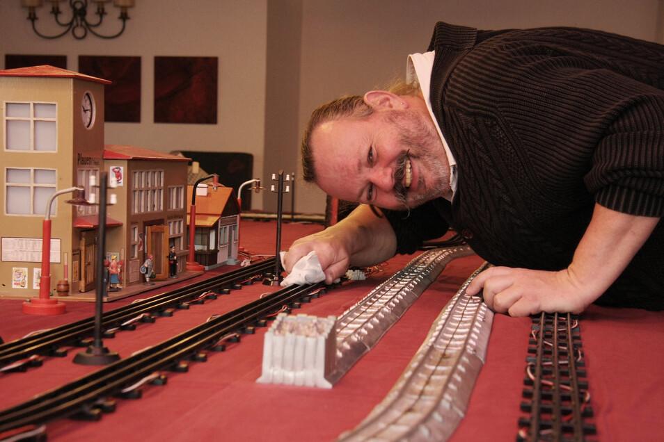 Ratskellerwirt Michael Voigt poliert noch die Gleise. Die Eisenbahnfans können am Wochenende kommen. Am Sonntag ist offenes Spielen im Ratskeller angesagt.