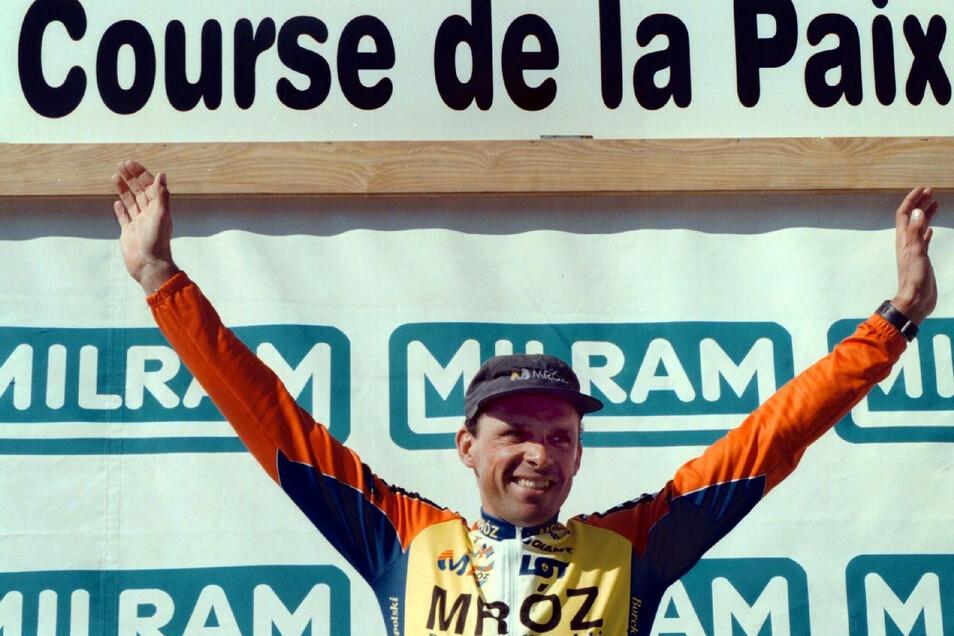 Als Führender in der Gesamtwertung nach sieben Etappen der 51. Internationalen Friedensfahrt steht Uwe Ampler 1998 im Etappenziel Zwickau auf dem Siegerpodest.