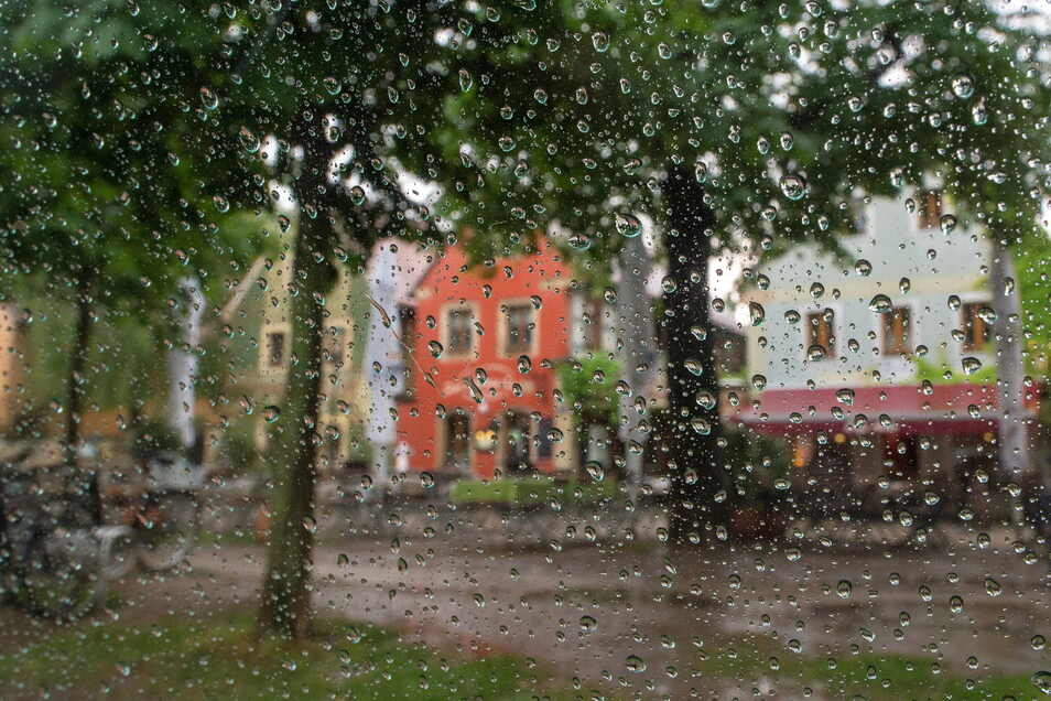 Regengüsse in Altkötzschenbroda peitschen ans Fenster.
