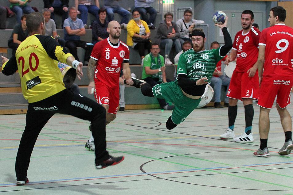 Zwickaus Keeper Steffen Schüller (in Gelb) ist machtlos, seine Teamkameraden Adam Krejcirik, Borjan Madzovski und John Kretzschmar (alle in Rot) können auch nicht verhindern, dass Hoyerswerdas Gary Biele (in Grün) einen seiner vier Treffer erzielt.
