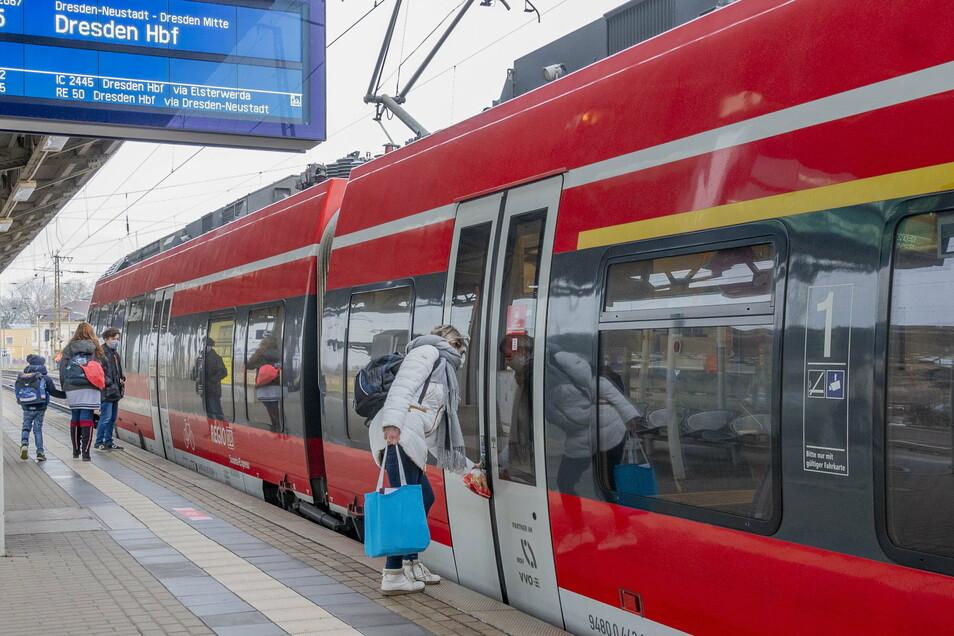 Fahrgäste steigen am Bahnhof Riesa in den Zug. Bei einer solchen Situation kam es im März zu einem Streit, bei dem ein 22-Jähriger eine Zugbegleiterin bespuckt haben soll.