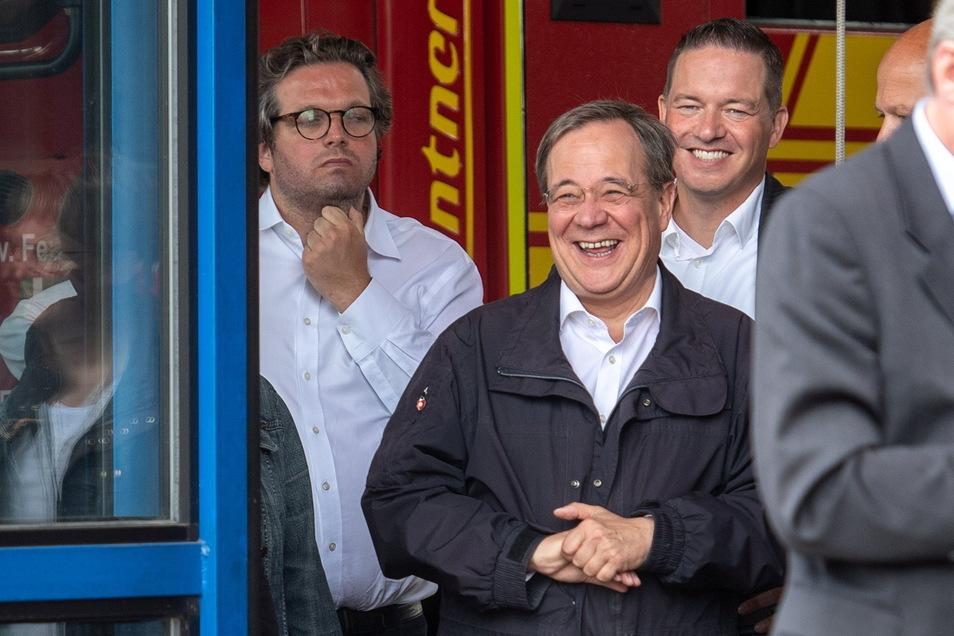 Armin Laschet (2. v.l., CDU), Ministerpräsident von Nordrhein-Westfalen, lacht während Bundespräsident Steinmeier (nicht im Bild) ein Pressestatement gibt.
