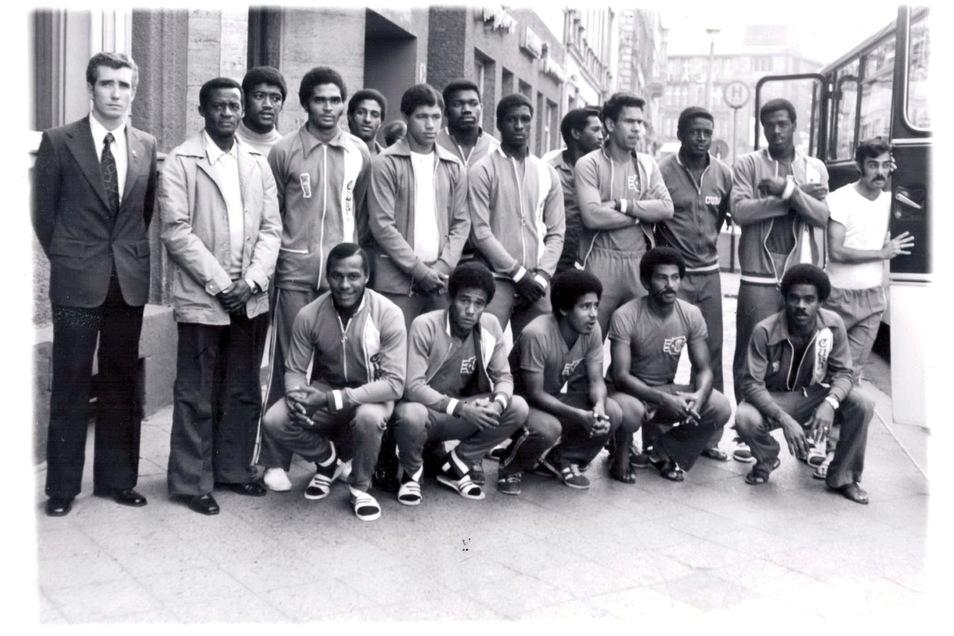 Die Kubanische Fußball-Nationalmannschaft stellt sich im Mai 1976 auf der Berliner Straße den Fotografen.