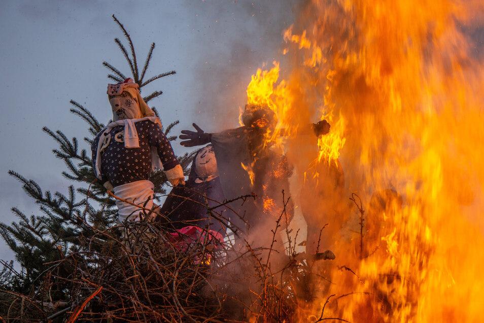 Traditionell lodern in der Oberlausitz am 30. Mai die Hexenfeuer, wie hier im vergangenen Jahr in Uhyst. Neukirch legt nun neue Regeln fest.