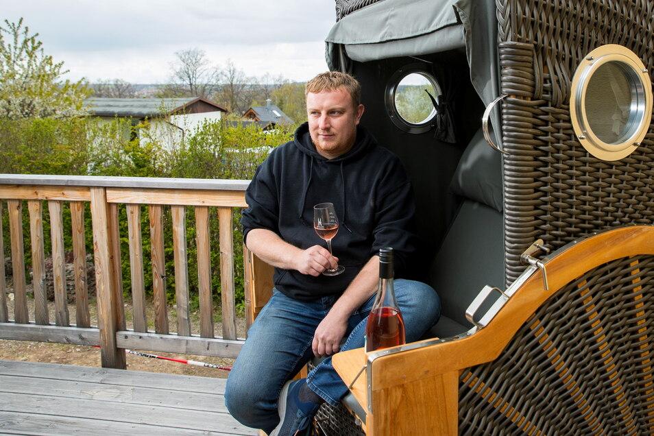 Restaurantchef Stephan Hähle genießt den Blick von seinem Restaurant in Freital. Viel lieber würde er Gäste bewirten.