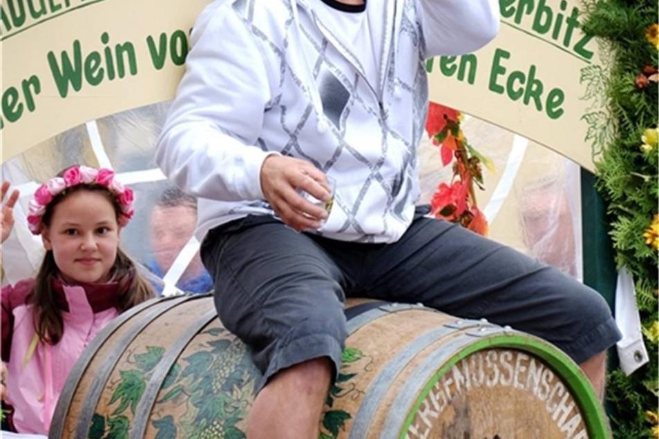 Die Weinbaugemeinschaft Cossebaude Merbitz ritt zum Umzug auf dem Fass.