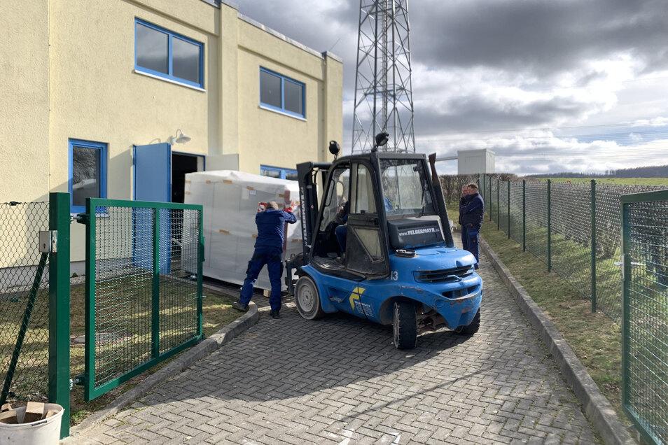 Das Heizwerk in Weigsdorf-Köblitz wurde durch ein zwei Tonnen schweres Heizkraftwerks-Modul erweitert.