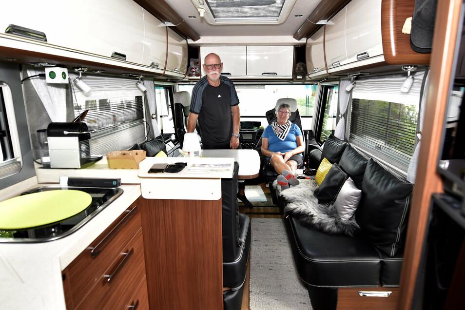 Renate Treis und Dieter Haase haben in ihrem Wohnbus genug Platz. Das große Fahrzeug ist im Innenraum luxuriös ausgestattet.