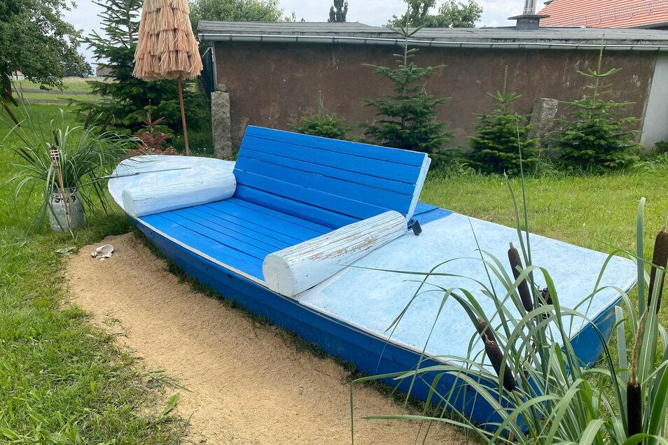 Ein altes Boot ist jetzt eine Sitzbank.