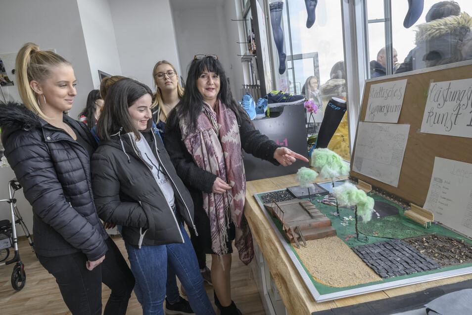 Kunstlehrerin Christina Seidel erläutert den sehr detailreichen Siegerentwurf ihrer Schüler aus dem Kunst-Leistungskurs des Städtischen Gymnasiums.