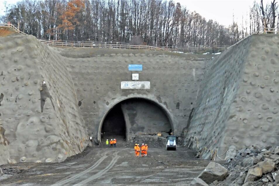 Blick auf den Kohlbergtunnel in Pirna: Die Arbeiten sind krankheitsbedingt vorübergehend gestoppt.