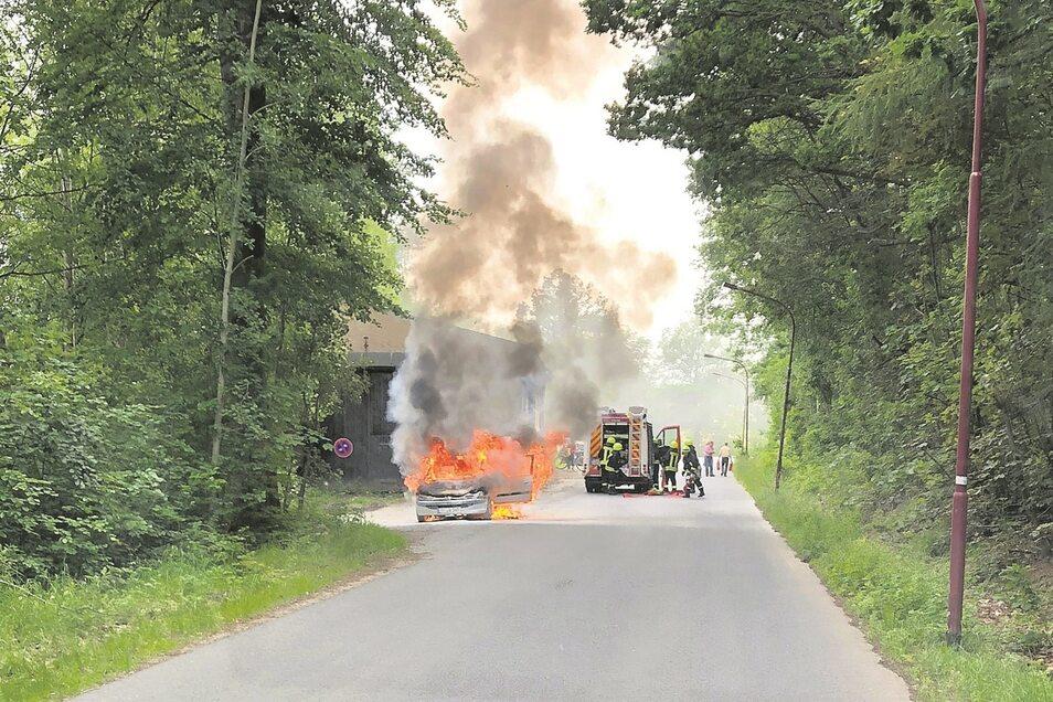 Auf der Salzstraße in Klingenberg brannte dieser Peugeot völlig aus.