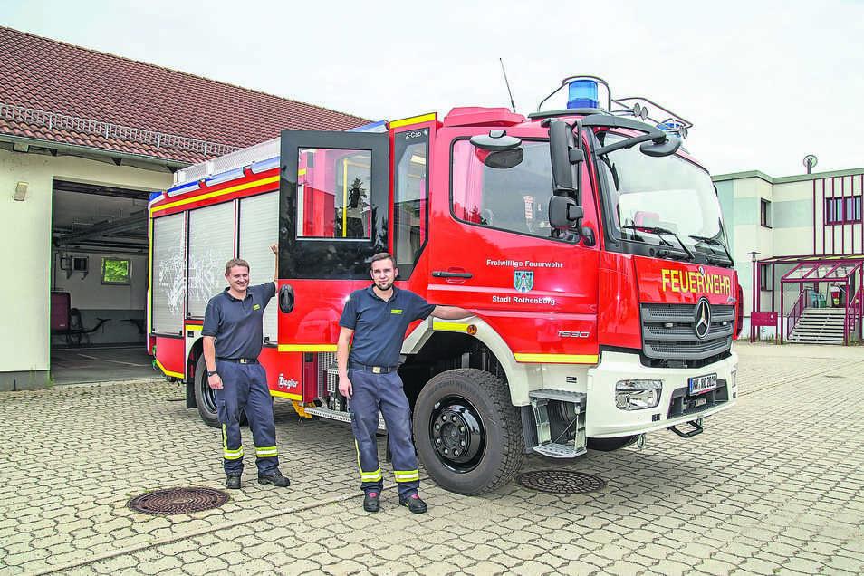 Wehrleiter David Schwarz (links) und sein Stellvertreter Eric Roitsch sind froh, dass das neue Fahrzeug endlich in Rothenburg ist.