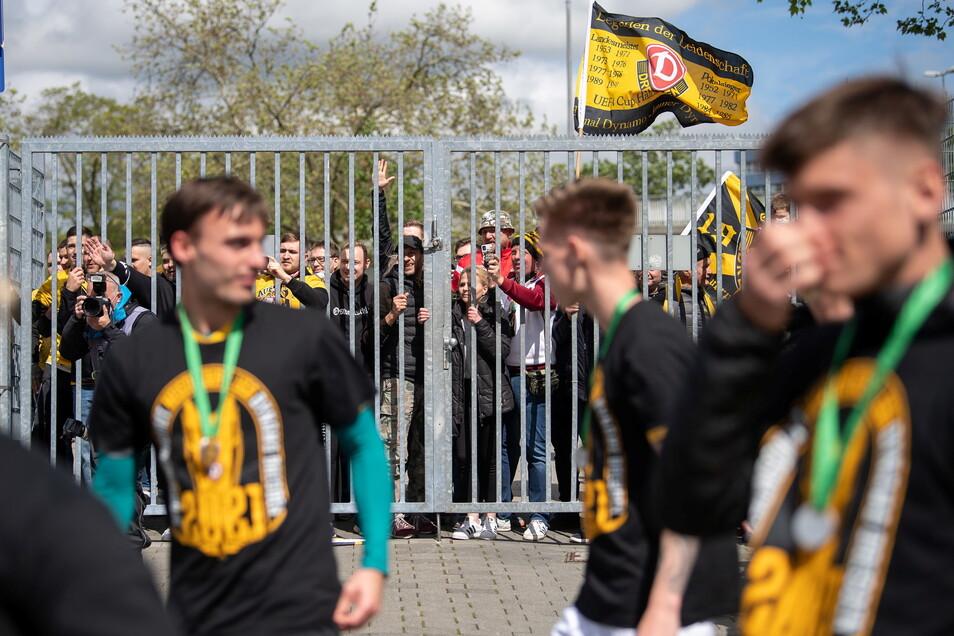 Nach der Auszeichnung zum Drittliga-Meister ging die Mannschaft in Wiesbaden an den Stadionzaun, um kurz mit den Anhängern zu feiern.