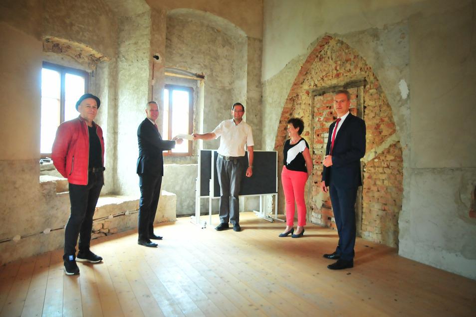 Am Freitag fand die Scheckübergabe für das herrschaftliche Schlafzimmer auf Schloss Schönfeld statt.