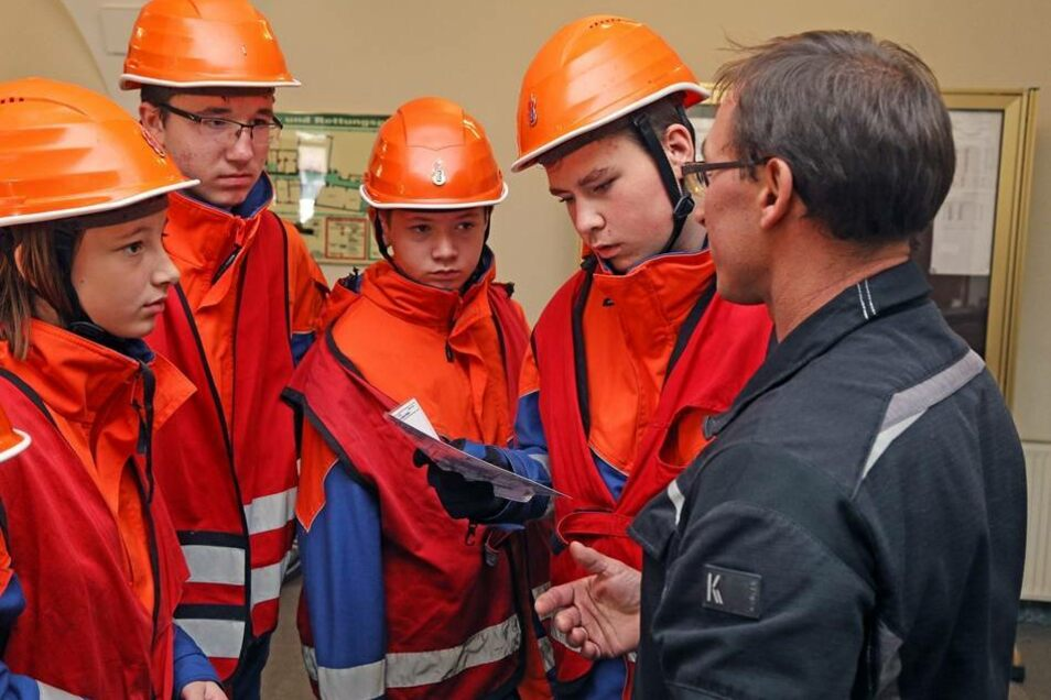 Denis Warkus erklärt den Truppführern welche Wege zum Brandpunkt möglich sind