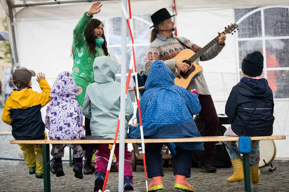 Wegen des schlechten Wetters fanden sich nur wenige Besucher auf dem Marktplatz der kleinen Oberlausitzer Gemeinde ein.