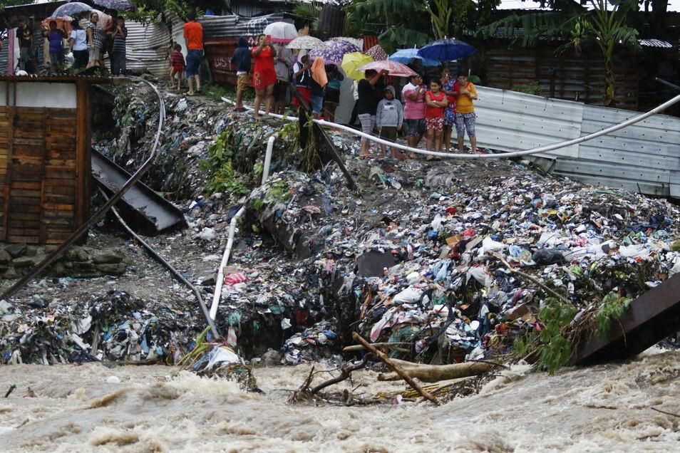 """Menschen beobachten die starken Gewässer des Rio Bermejo nach dem Hurrikan """"Iota""""."""