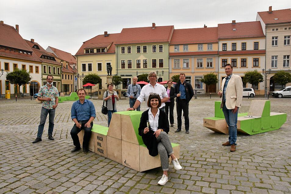 Der Boulevard in Hoyerswerda ist eröffnet. Die beiden Citymanager (Mitte vorn)trafen sich dazu Donnerstagnachmittag mit einigen Protagonisten und Partnern auf dem Markt.