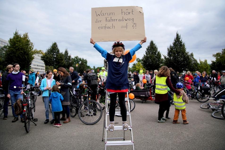 Die achtjährige Merit zitierte mit ihrem Plakat den Entertainer Jan Böhmermann, der das Thema Radverkehr jüngst in seiner Sendung im ZDF in den Fokus rückte.