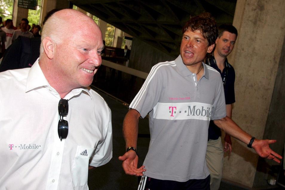 Der deutsche Radprofi Jan Ullrich (r) und Sportdirektor Rudy Pevenage auf dem Weg zur medizinischen Untersuchung vor dem Start der Tour de France 2006. Wenig später wurde Ullrich von seinem Rennstall Team T-Mobile suspendiert.