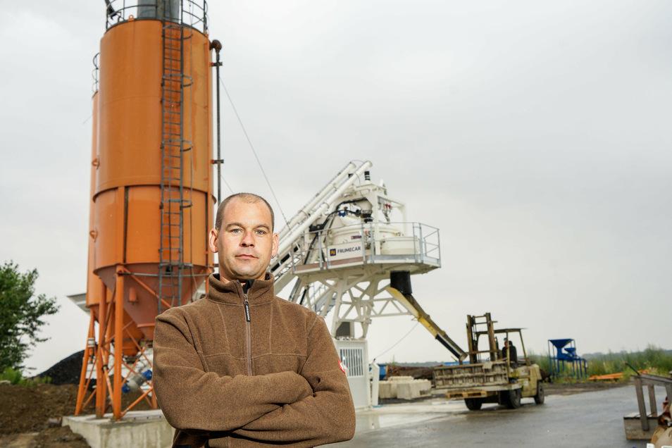 Unternehmer Thomas Helbig steht vor der neuen Betonmischanlage im Burkauer Gewerbegebiet.