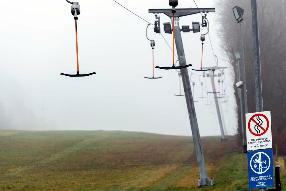 Blick auf den Skihang in Rugiswalde. Corona hat auch Auswirkungen auf den ohnehin gebeutelten Wintersport.