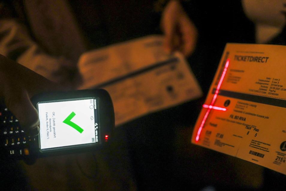 Eine Konzertbesucherin zeigt ihr Ticket an der Einlasskontrolle zum Felsenkeller.