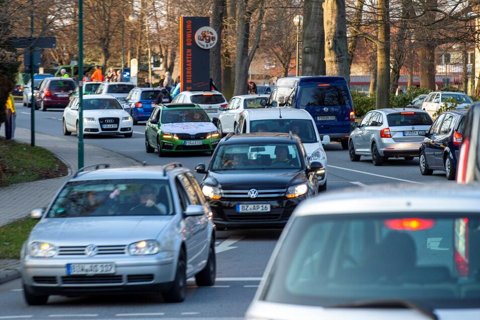 In Neustadt setzte sich der Autokorso nach Sebnitz in Bewegung. Damit bekundeten die Teilnehmer ihren Unmut zu den Corona-Maßnahmen.