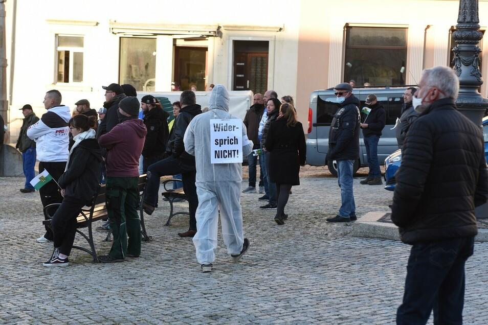 """So wie hier am 26. April zogen am Montag fünf Personen in weißen Overalls über den Leisniger Marktplatz. Angemeldet war das als """"künstlerische Darbietung""""."""