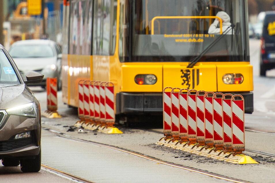 In Höhe Hauptstraße ist das Gleisbett der Straßenbahn mitten auf der Meißner Straße in Radebeul-Ost besonders marode, wie links und rechts der Warnbaken zu erkennen ist. Ein Baubeginn für die grundhafte Sanierung ist jedoch noch nicht in Sicht.