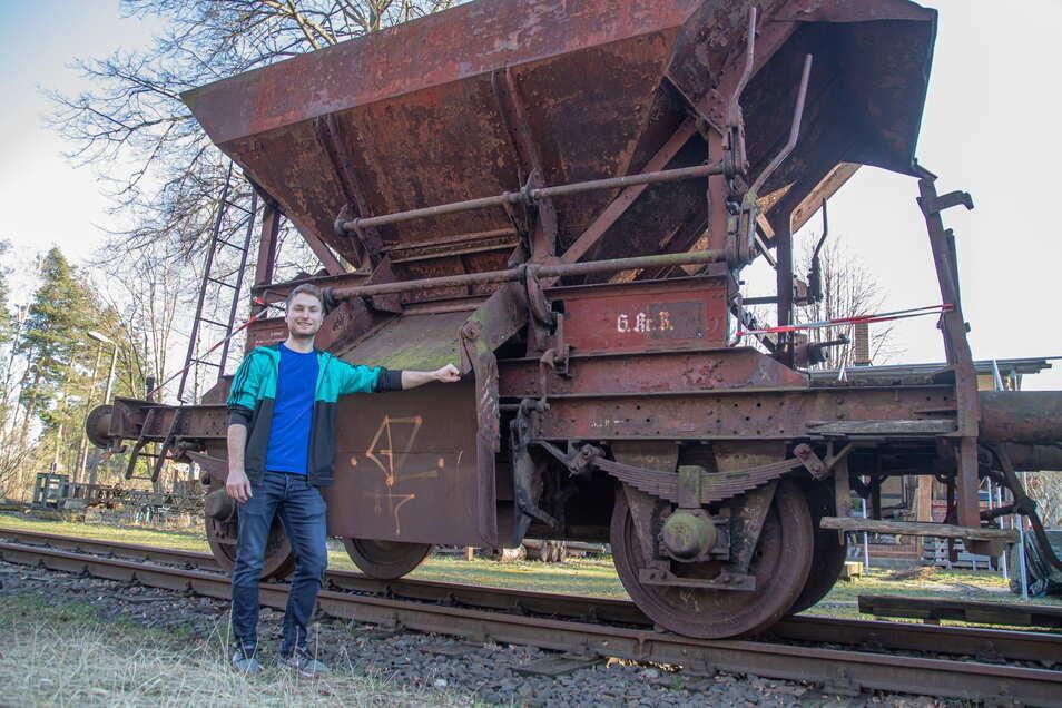Philipp Eichler vom Kleinbahnverein Rothenburg hofft, dass der historische Schotterwagen aus Königshain bald in die Neißestadt transportiert werden kann.