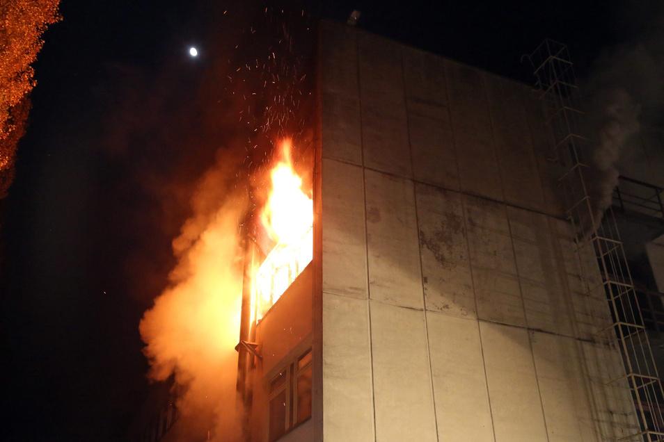 Kurz nach Mitternacht schlugen Flammen aus den Fenstern des Ex-Hotels.