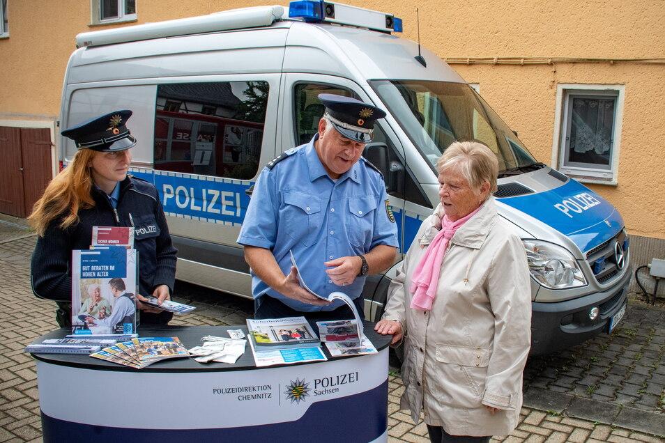 Das Präventionsmobil der PD Chemnitz hat am Freitag auf dem Dorfplatz in Marbach Station gemacht. Frank Arnold und Katrin Junghannß haben dort unter anderem Fragen zum Thema Sicherheit rund ums Haus beantwortet. Auch Annelies Wagler holte sich Rat.