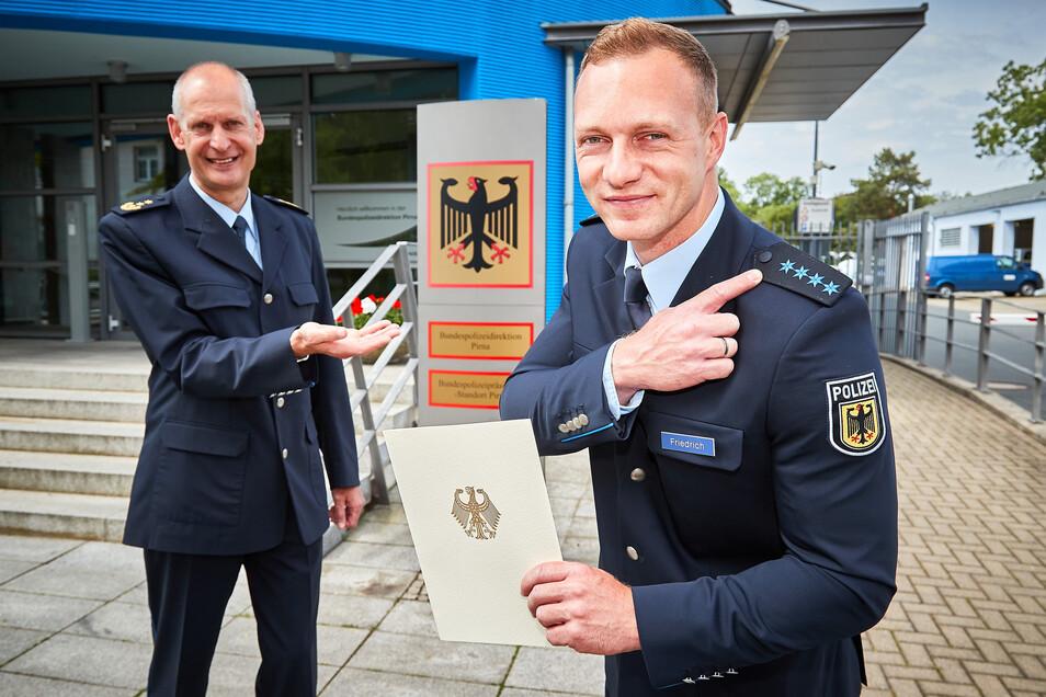 Francesco Friedrich (30) aus Pirna trägt jetzt vier blaue Sterne auf seiner Polizeiuniform. Die wurden ihm von André Hesse (li.), dem neuen Leiter der Bundespolizeidirektion Pirna verliehen.