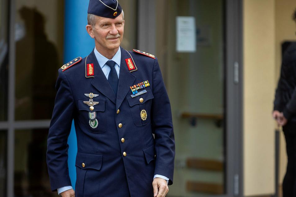 Generalleutnant Martin Schelleis ist für den bundesweiten Einsatz der Bundeswehr bei der Bekämpfung der Corona-Pandemie verantwortlich. Er besuchte die Soldaten in Freital am Donnerstagvormittag und sprach anschließend mit dem Landrat über weitere Hilfsei