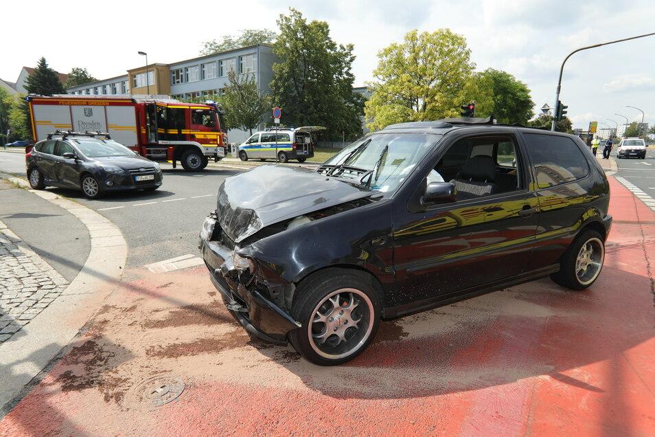 Aus dem VW Polo trat Flüssigkeit aus. Die Feuerwehr war Ort, um sie zu binden.
