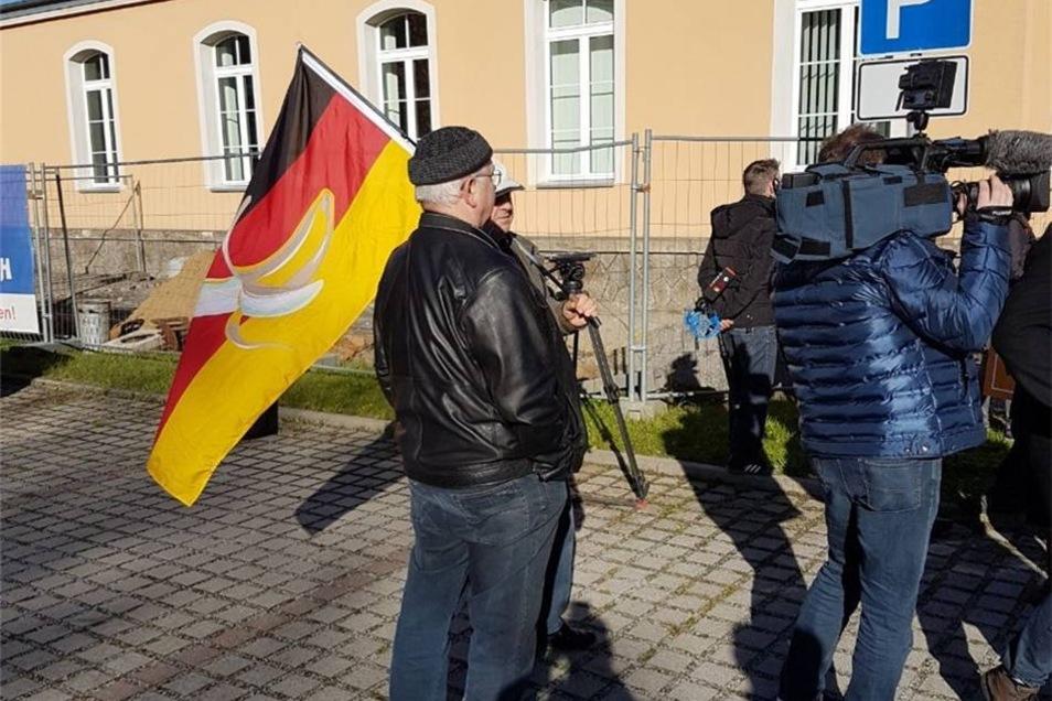 Vor Beginn des Prozesses standen etwa 100 Personen vor dem Gerichtsgebäude in Kamenz. Auch dieser Mann aus Hoyerswerda, der die BRD für eine Bananenrepublik hält, reihte sich in die Warteschlange vor der Tür ein.