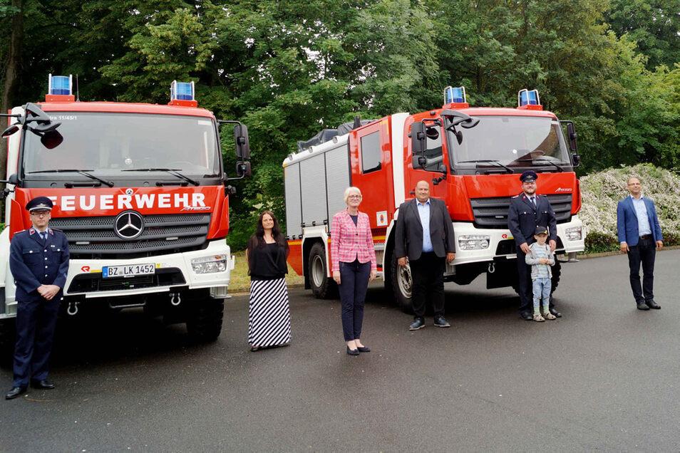 Im Feuerwehrtechnischen Zentrum Kamenz übergab die Landkreis-Beigeordnete Birgit Weber (Mitte) die Schlüssel für neue Katastrophenschutzfahrzeuge. Das Fahrzeug (li.) wird bei der Ortsfeuerwehr Straßgräbchen stationiert und zum Einsatz kommen.