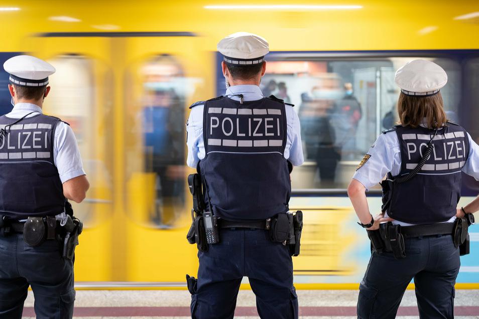 Polizeibeamte kontrollieren in Stuttgart die Einhaltung der Maskenpflicht. Zu den Themen, die heute im Kanzleramt beraten werden, dürfte eine Verschärfung der Maskenpflicht und die Kontrolle dieser Vorschriften gehören.