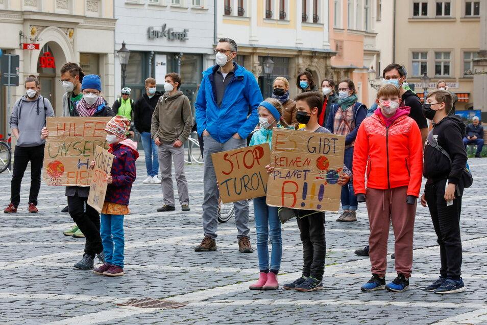Kinder und Erwachsene haben am Freitag auf dem Zittauer Markt nicht nur Klima-Aktivisten wie ALexander Hilse zugehört, sondern auch ihre Sicht deutlich zum Ausdruck gebracht.