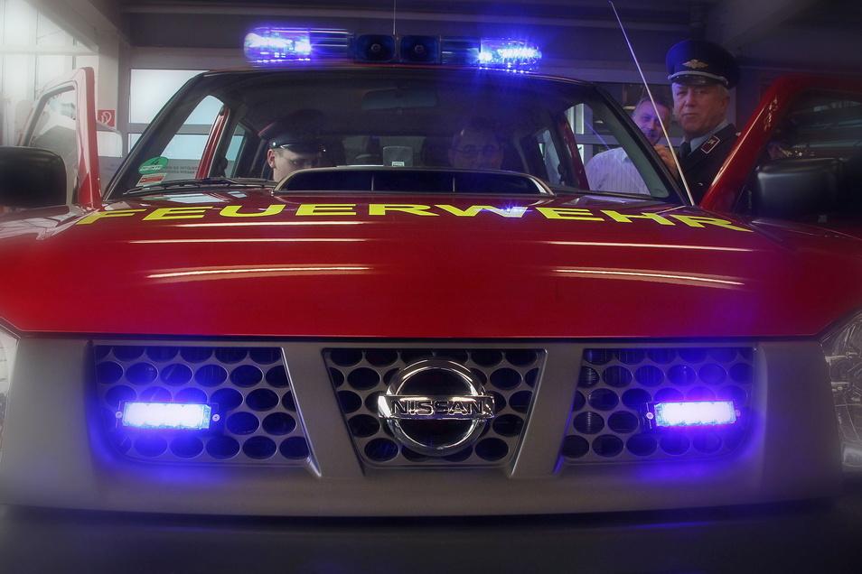 Mit diesem Nissan wird Zeithains Feuerwehrchef Matthias Heydel (am Steuer) am Sonnabend wohl häufiger im Gemeindegebiet unterwegs sein.