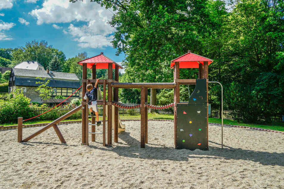Ein neues Spielgerät ergänzt das Angebot für Kinder am Schirgiswalder Gondelteich.