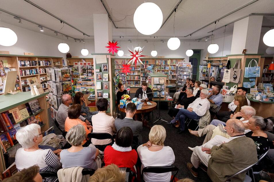 Beliebt, aber derzeit nicht möglich, sind Lesungen in der Comenius-Buchhandlung, hier 2018 mit Lukas Rietschel.