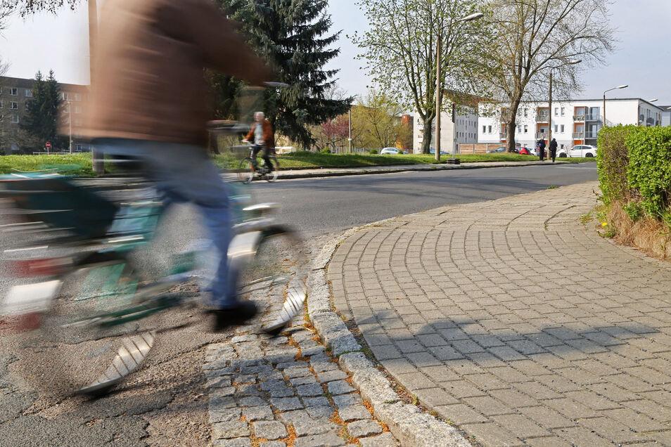 Zum Einkauf mit dem Rad? Das geht sogar in Corona-Zeiten. Seit 2013 hat der Anteil des Radverkehrs in Riesa um sieben Prozent zugenommen. Hier ein Eindruck von der Alleestraße.