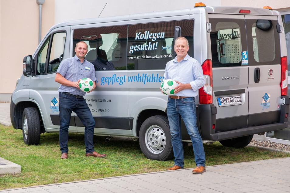 Azurit-Hausleiter Stefan Lux (l.) und BSG-Sponsorenbeauftragter Dietmar Schubert werfen sich den Ball zu und freuen sich auf die Zusammenarbeit.