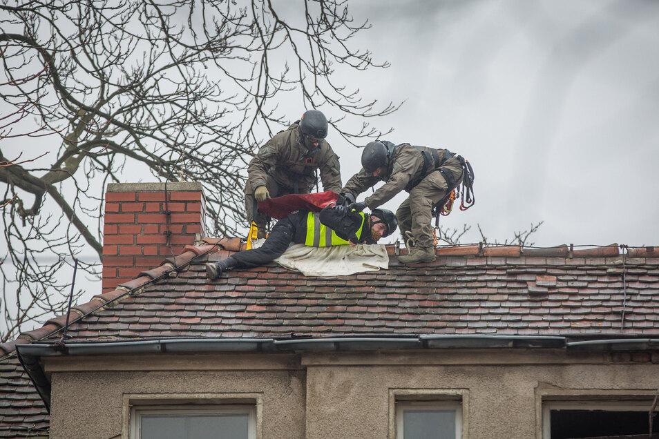 SEK-Beamte holen einen Besetzer vom Dach an der Königsbrücker Straße 16.