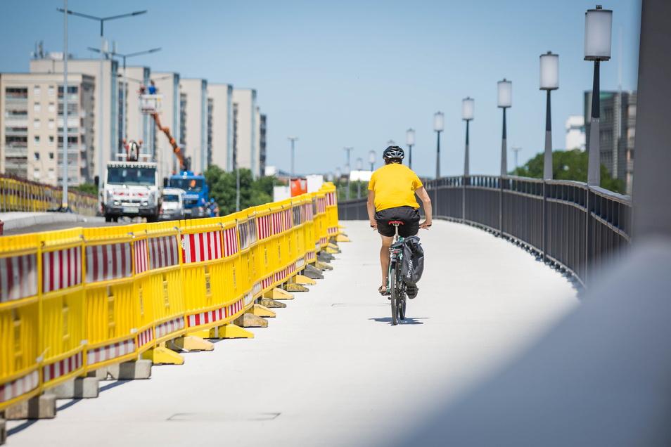Der Radweg ist bereits wieder freigegeben, auf der Fahrbahn werden noch die restlichen Arbeiten erledigt.